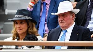 La infanta Elena y el Rey emérito Juan Carlos I, durante la final de Roland Garros que Rafa Nadal ganó este domingo.