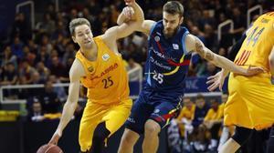 El barcelonista Koponen conduce el balón ante Jelinek, del Andorra.