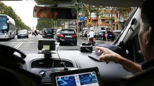 El intendente Carles Reyner muestra el funcionamiento del equipo de grabación del coche patrulla camuflado.