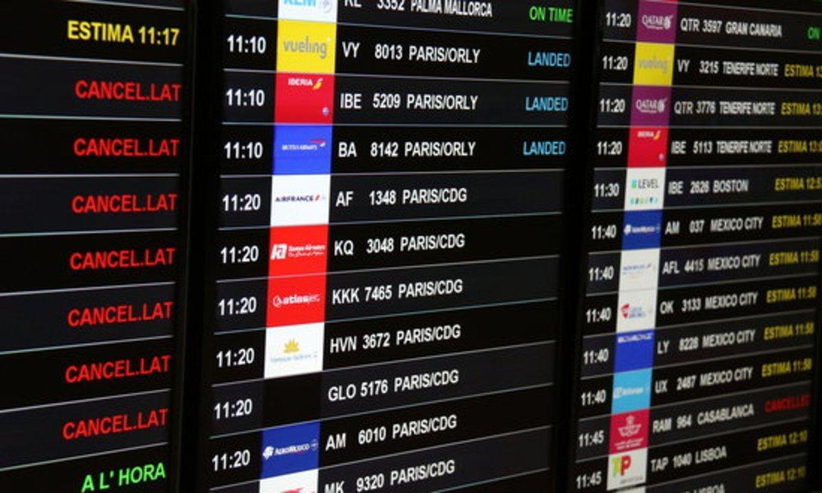 Un panel con vuelos cancelados en el aeropuerto de El Prat.
