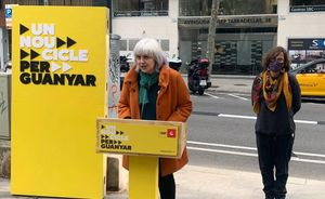 Dolors Sabater (CUP), con la número tres de la lista, Eulàlia Reguant, en rueda de prensa ante las oficinas de Haya Real Estate en Barcelona.
