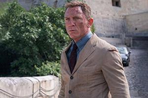 Daniel Craig, como James Bond.