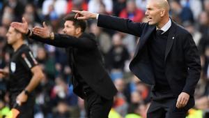 Zinedine Zidane (d) y Diego Simeone durante el derbi del pasado mes de febrero.