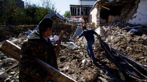 Efectos de un bombardeo sobre la ciudad de Stepanakert, de población mayoritariamente armenia, en Nagorno Karabaj.