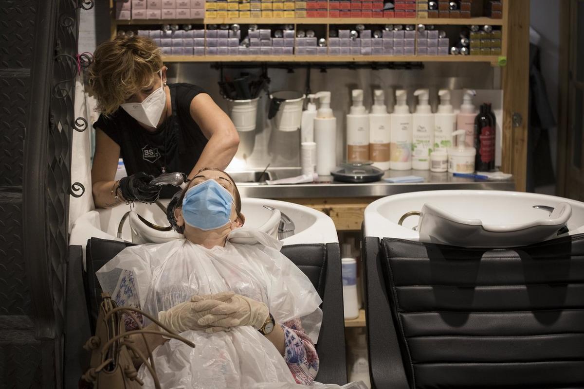 Imagen de archivo de una peluquería en el Eixample que ha abierto tras el confinamiento.