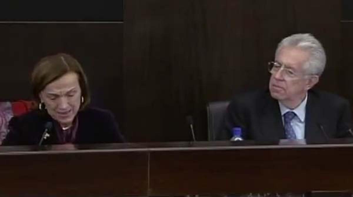 La ministra de trabajo italiana, Elsa Fornero, aborda la reforma de pensiones con lágrimas en los ojos durante una rueda de prensa en Roma.