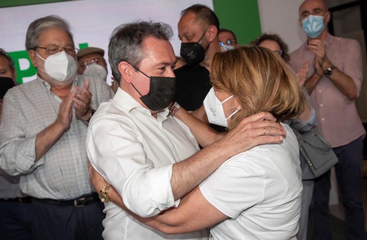 El alcalde de Sevilla y próximo candidato socialista a la Junta, Juan Espadas, es felicitado por su rival, Susana Díaz, secretaria general del PSOE-A, tras vencer en las primarias del partido, este 13 de junio en la sede regional de la federación, en Sevilla.