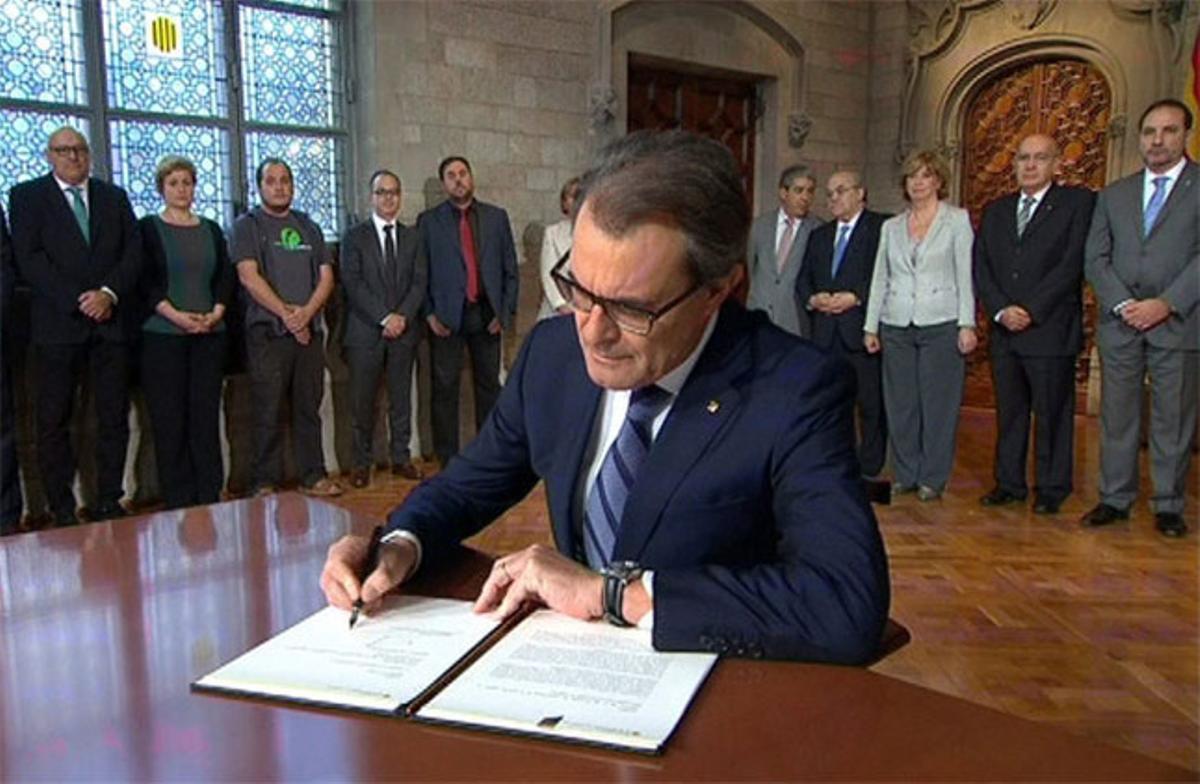 Mas, durante la firma del decreto de convocatoria de la consulta.