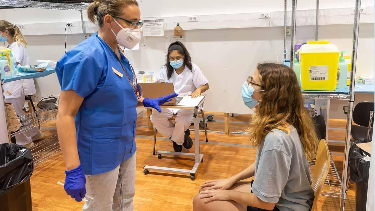 Paula, de 22 años, se dispone a vacunarse contra la covid en el Pavelló 11 de setembre de Lleida.