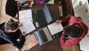 Alumnos de Bachillerato, estudiando sus asignaturas.
