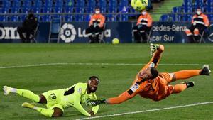 El portero del Getafe Soria (d) detiene un remate del atlético Dembélé.