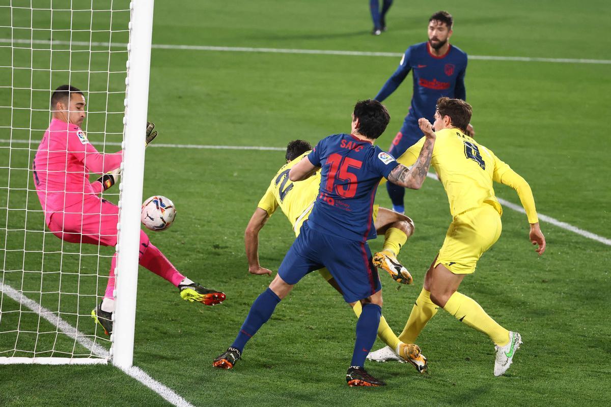 El portero del Villarreal Asenjo (i) detiene el balón antes de que Pedraza lo introduzca en su portería.