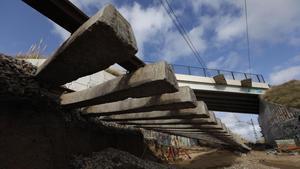 Vías de tren afectadas por la crecida del río Tordera en Malgrat de Mar, el pasado enero.