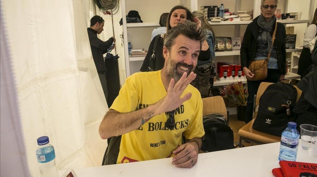 Pau Donés saluda durante la firma de su libro '50 palos'.