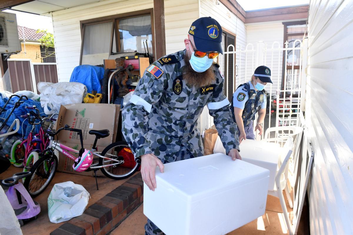 Militares del Ejército australiano desplegados durante el confinamiento en un suburbio de Sídney