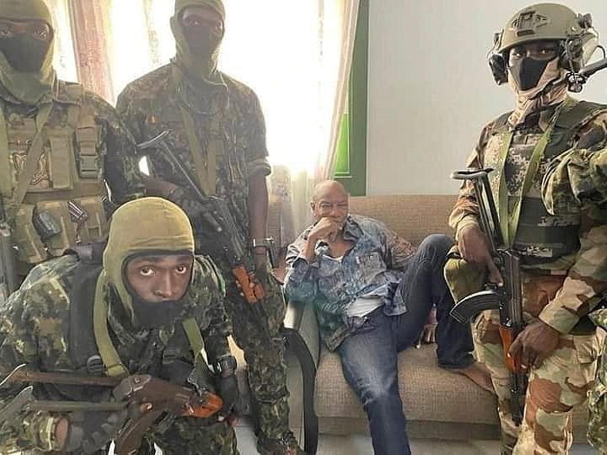 El presidente Alpha Conde detenido por golpistas.