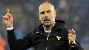 Guardiola, entrenador del City, con el lazo amarillo.