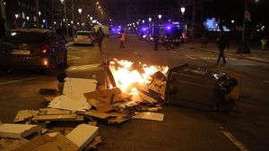 Contenedores en llamas en una de las manifestaciones contra el encarcelamiento de Hasél.