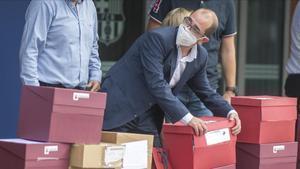 El socio azulgrana Jordi Farrepromotor de la mocion de censura contra la junta que preside Josep Maria Bartomeuse dispone a coger alguna de las cajas depositadas en el Auditori 1899 que contienen mas de 20 000 firmas