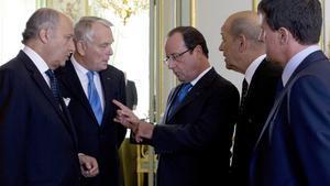 Hollande conversa con sus ministros Laurent Fabius (izquierda), Jean-Marc Ayrault (segundo por la izquierda), Jean-Yves Le Drian (segundo por la derecha) y Manuel Valls (derecha), la semana pasada en el Elíseo.
