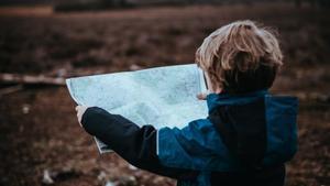 Un niño aprende a interpretar un mapa por sí mismo.