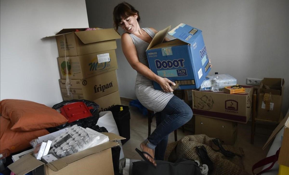 Lucía López, recién instalada en su piso del barrio de Navas.