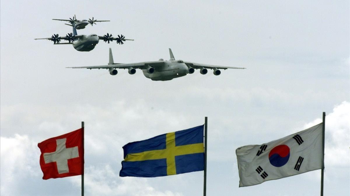 Varios aviones de transporte militar rusos vuelan sobre la bandera de Suecia (en el centro) en un espectáculo aéreo en Moscú, en el 2001.