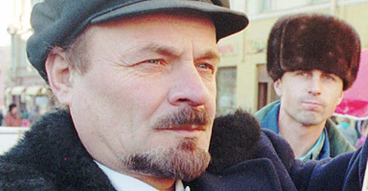 Un hombre caracterizado como Lenin, en la plaza Roja de Moscú.