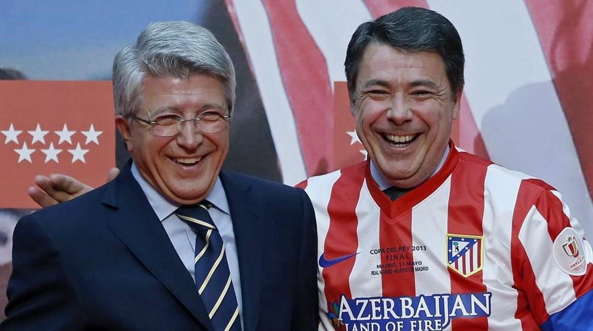 Enrique Cerezo e Ignacio González (ataviado con una camiseta del Atlético), durante una celebración del club colchonero.