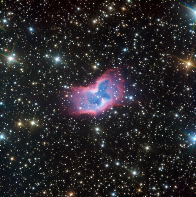 Una nebulosa espacial con forma de crisálida se convierte en mariposa