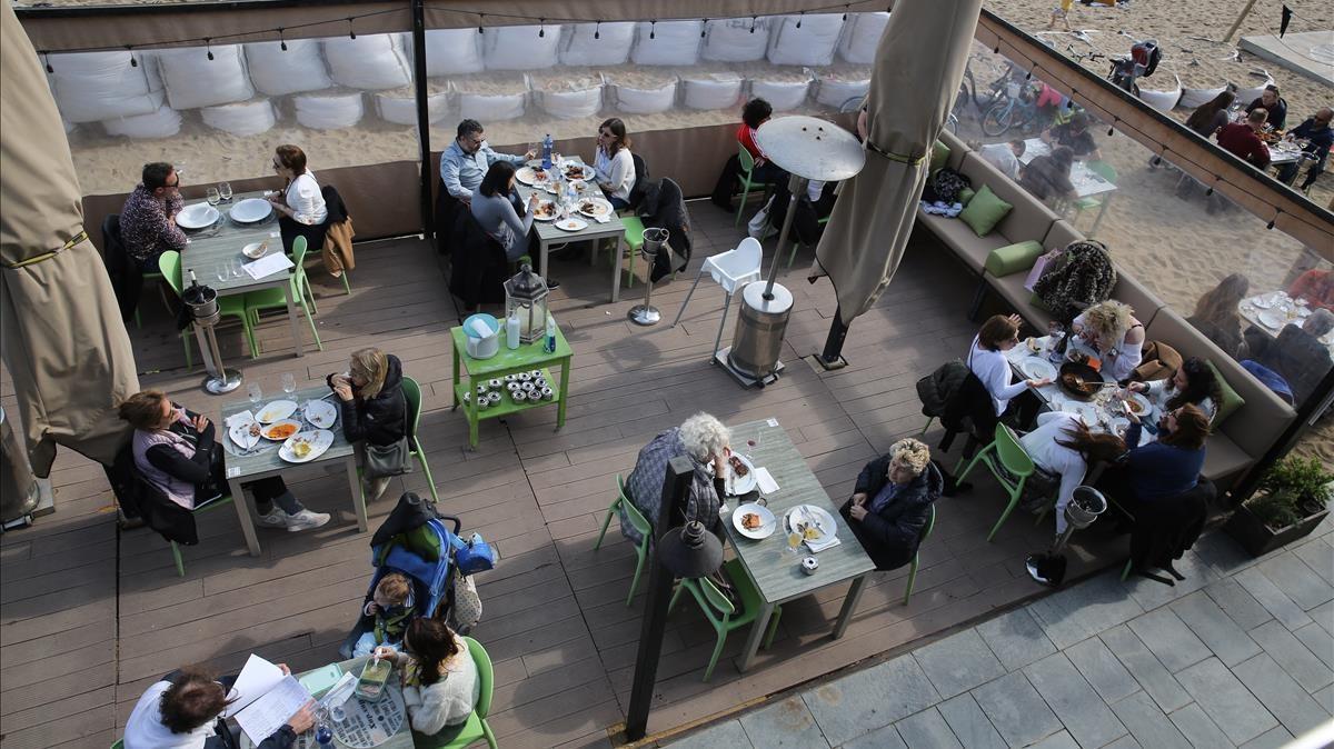 Una terraza en la Barceloneta, hace varias semanas.