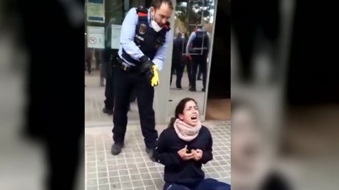 Los Mossos reducen con una Taser a una joven en Sabadell