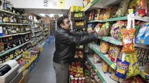 El indio Surinder Kumar, en su colmado de Gràcia.