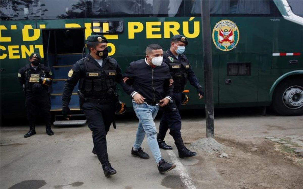 La Policía de Perú detiene a una persona por fiesta prohibida.