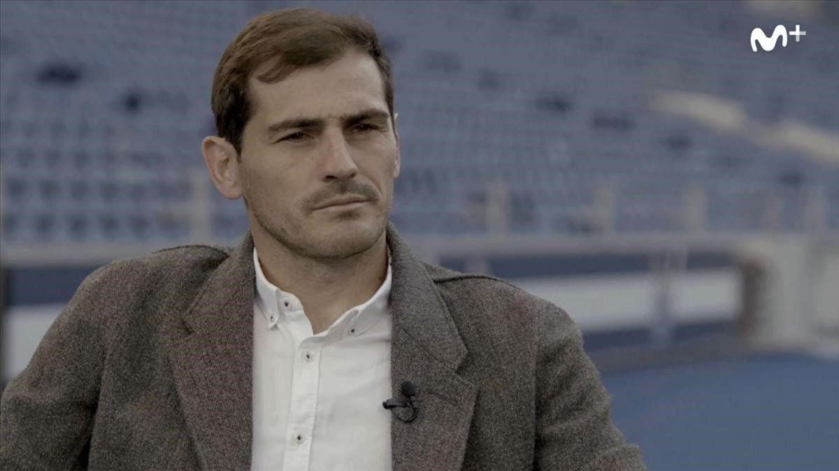 Iker Casillas, durante la charla con Jorge Valdano en Oporto.