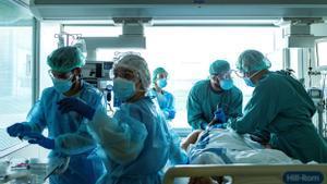 Sanitarios de la uci covid del Hospital de Bellvitge, el 21 de enero.