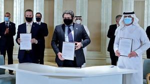 Los representantes de los tres países en la firma del acuerdo.