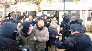 Antifascistas y Vox se enfrentan en Blanes.