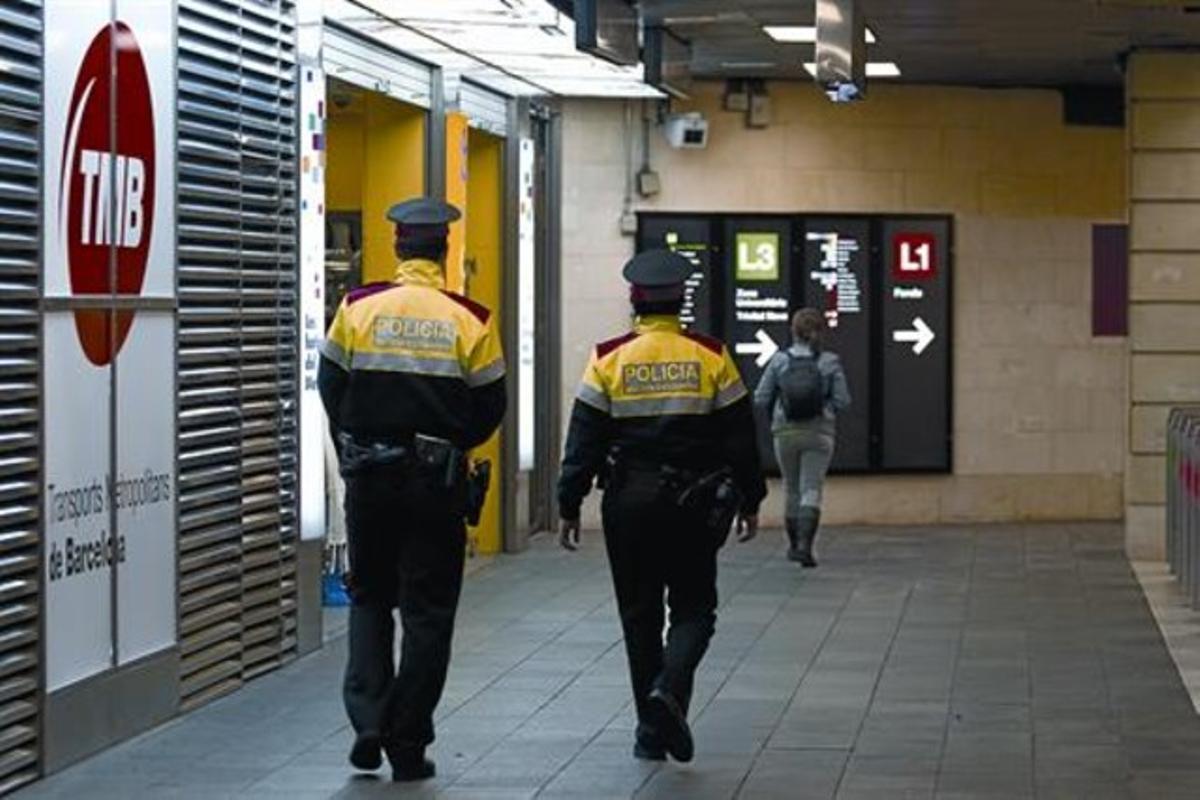 Dos agentes de los Mossos patrullan por la estación de metro de Plaça de Catalunya, ayer.