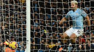 Sergio Agüero anota el segundo de sus tres goles ante el Arsenal en la victoria del Manchester City.