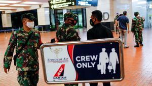 Soldados indonesios en el aeropuerto Soekarno-Hatta desde donde salió  el vuelo  SJ182