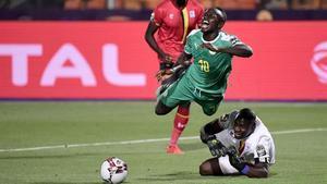 Manésalta ante la salida de Onyango, durante el Uganda-Senegal.