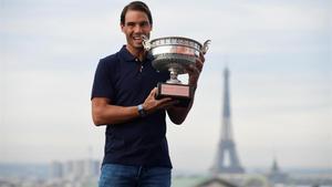 Nadal posa con la Copa de los Mosqueteros en el techo de las Galerías Lafayette de París.