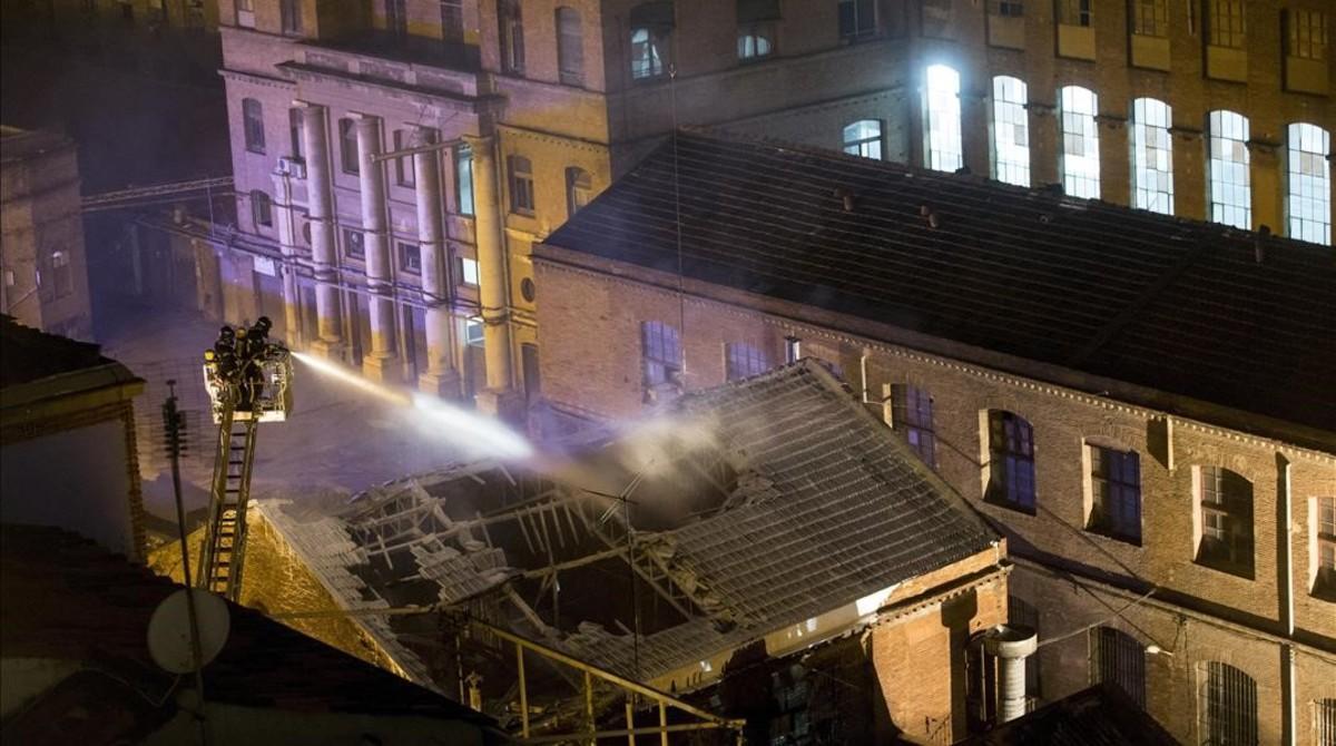 Los bomberos, trabajando en la extinción del fuego declarado este lunes en Can Battló.