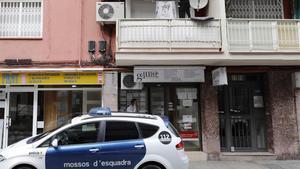 Un vehículo de los Mossos d'Esquadra, ante el edificio de El Prat de Llobregat en el que un hombre ha confesado que ha matado a su pareja, este lunes.