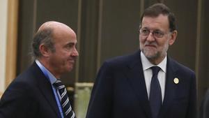 El presidente del Gobierno espanol en funciones,Mariano Rajoy,junto al ministro de Economia en funciones, Luis de Guindos, en la cumbre del G20 de China.