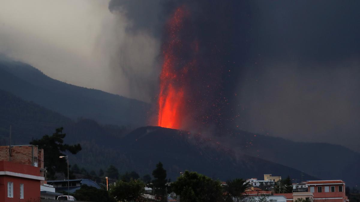 Más evacuaciones en La Palma al intensificarse la erupción y abrirse una nueva boca