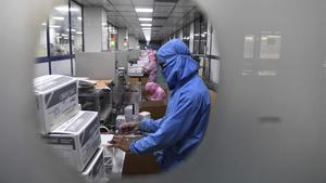 Un empleado trabaja en la producción de una vacuna contra el covid-19 en una fábrica de Faridabad, en India.