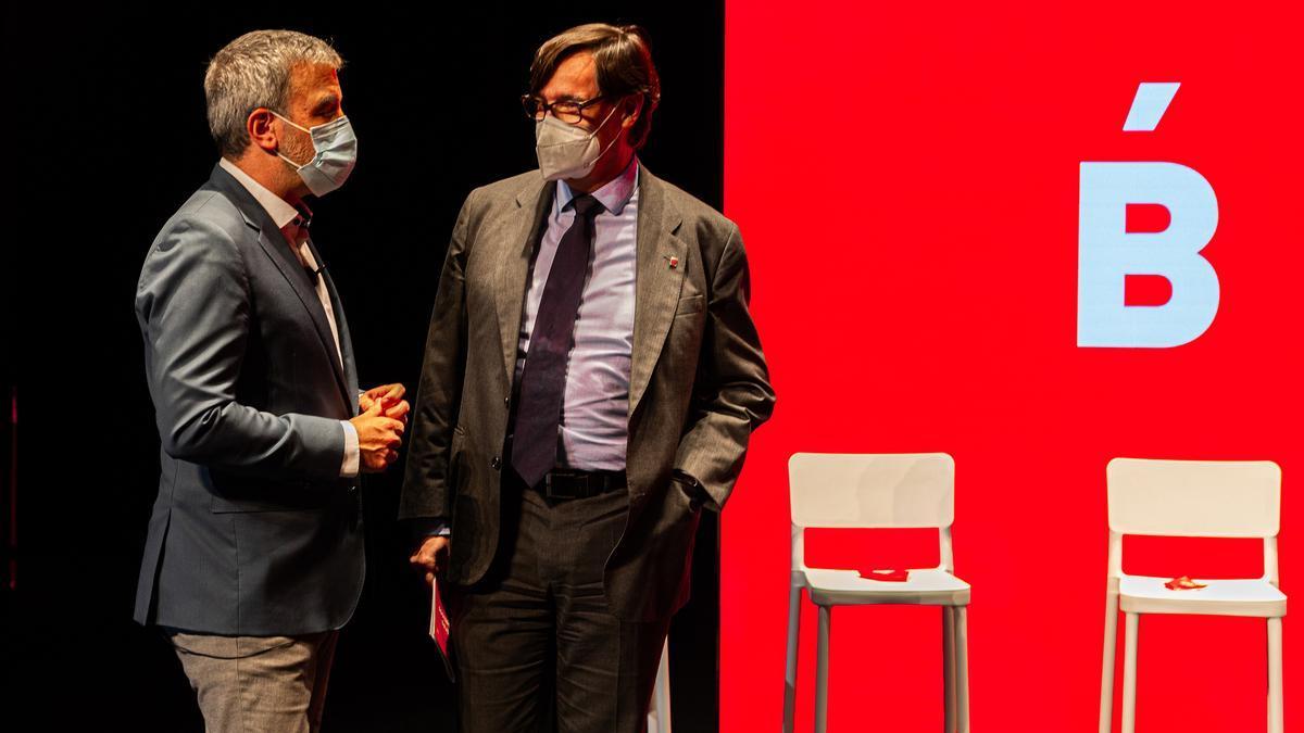 Salvador Illa pasa la palabra a Jaume Collboni, en el acto de balance municipal celebrado en el Teatre Nacional