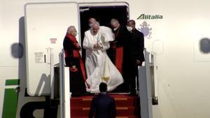 El papa Francisco desciende del avión a su llegada a Bagdad, este viernes.